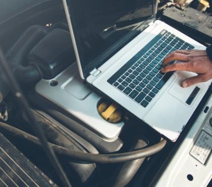 Laptop nasilniku